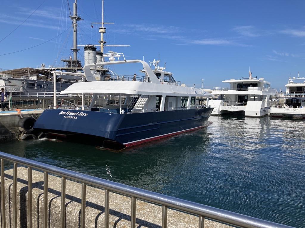 港に停泊しているボート  自動的に生成された説明