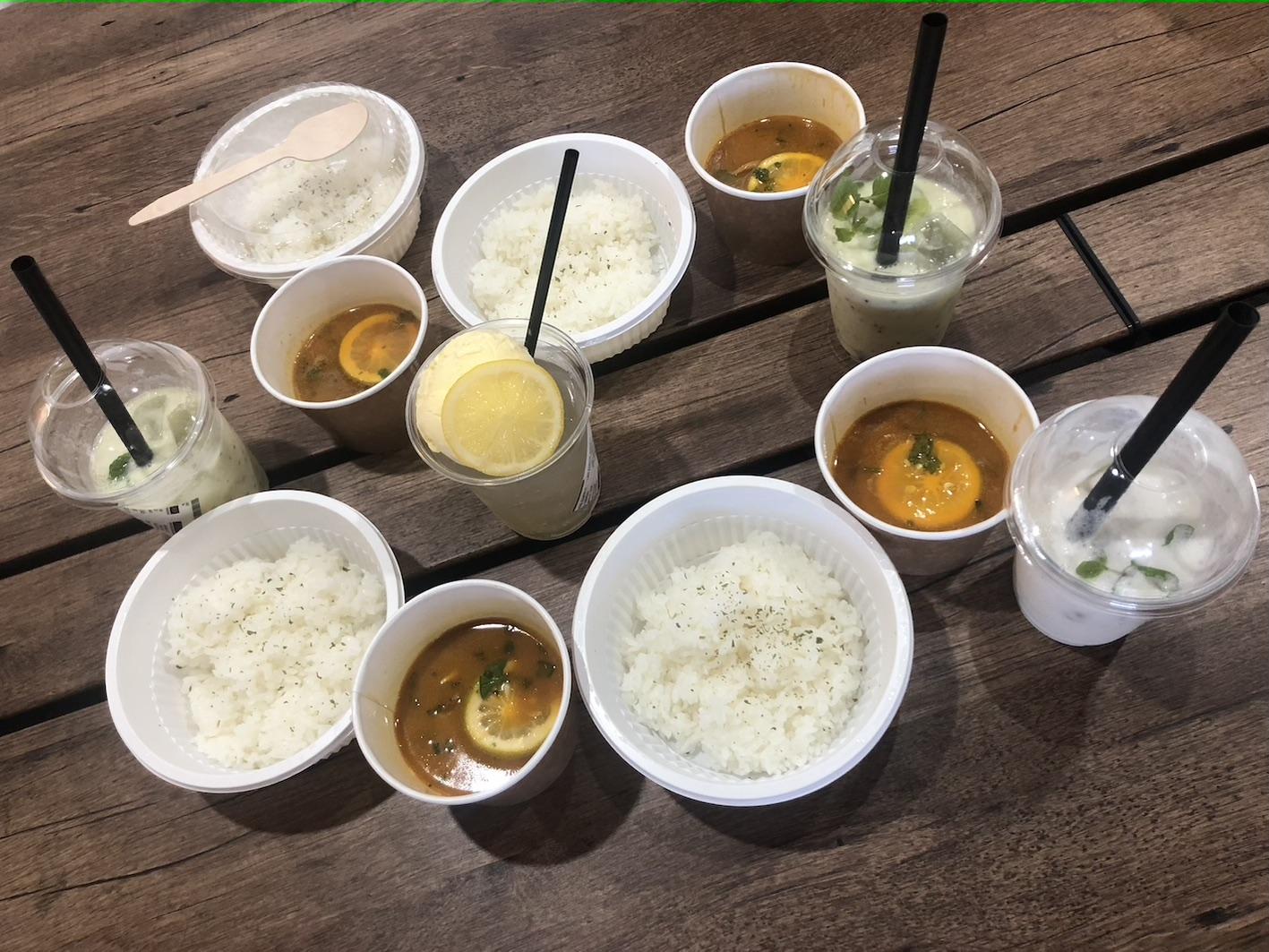 テーブルの上の食事と飲み物  自動的に生成された説明