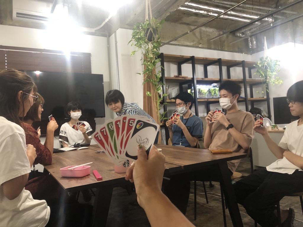 レストランのテーブルに座っている人たち  自動的に生成された説明