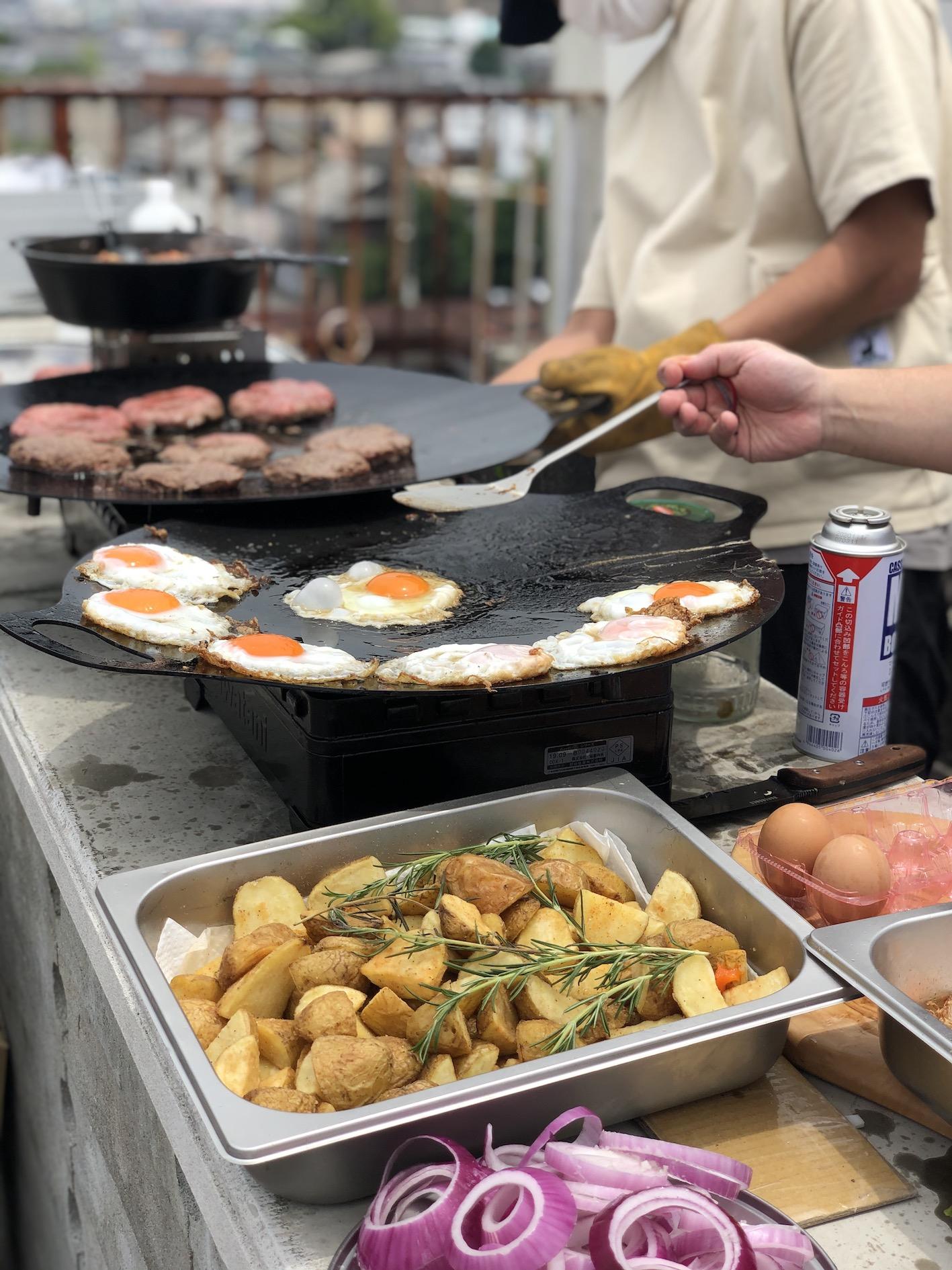 料理をする人  低い精度で自動的に生成された説明