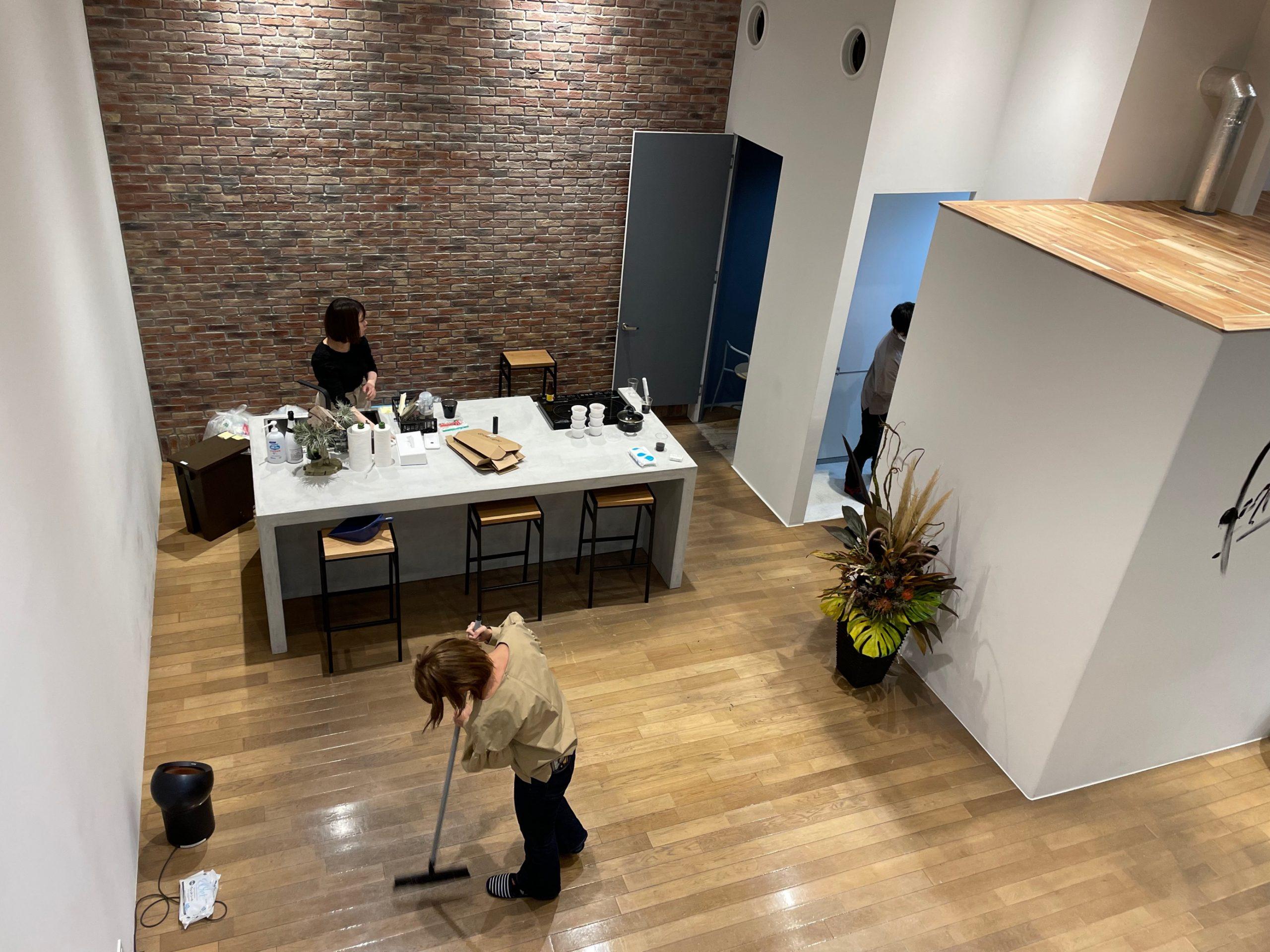 床, 屋内, テーブル, 建物 が含まれている画像  自動的に生成された説明