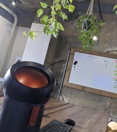 屋内, テーブル, 座る, 鍋 が含まれている画像  自動的に生成された説明