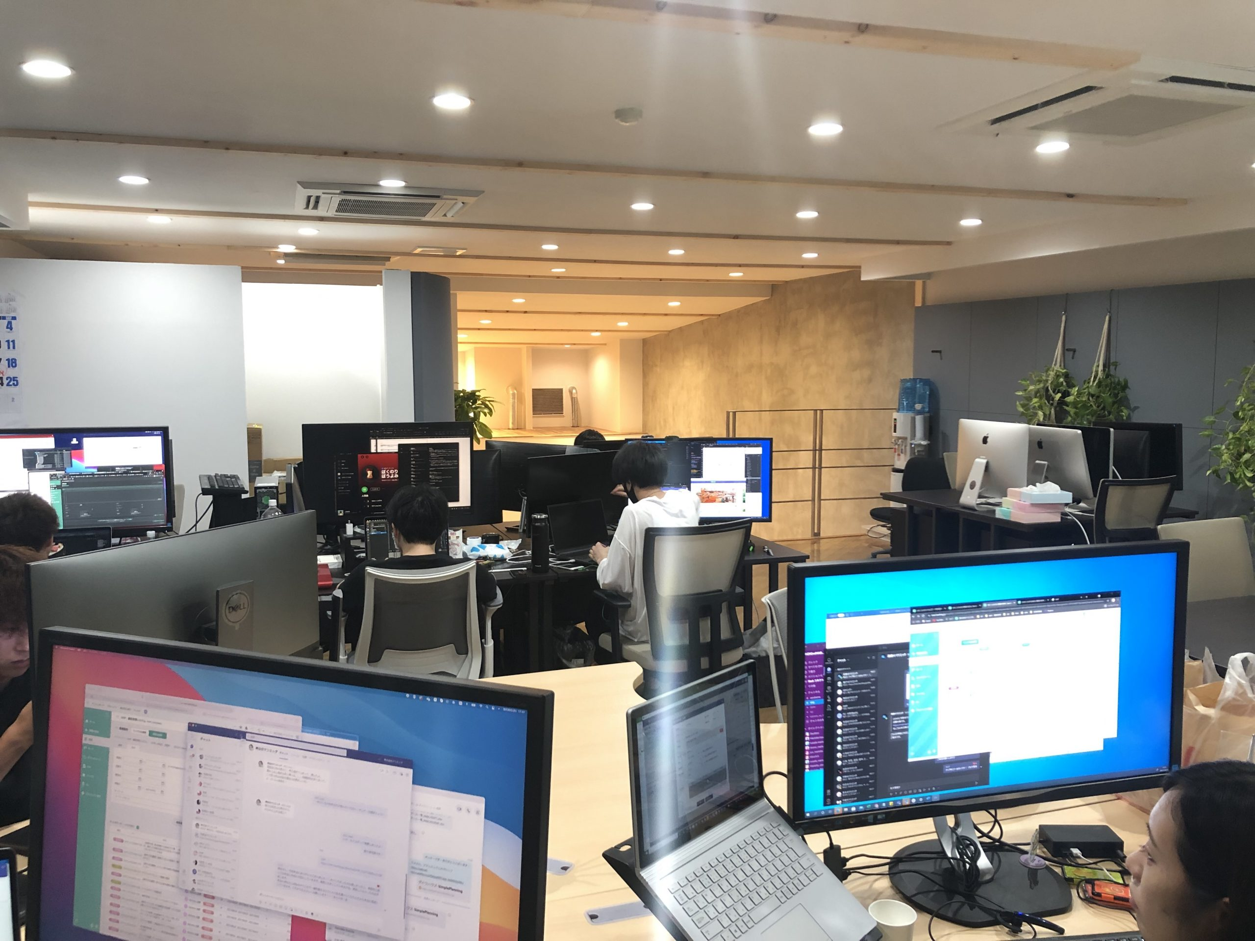 机の上のパソコンとモニター  中程度の精度で自動的に生成された説明