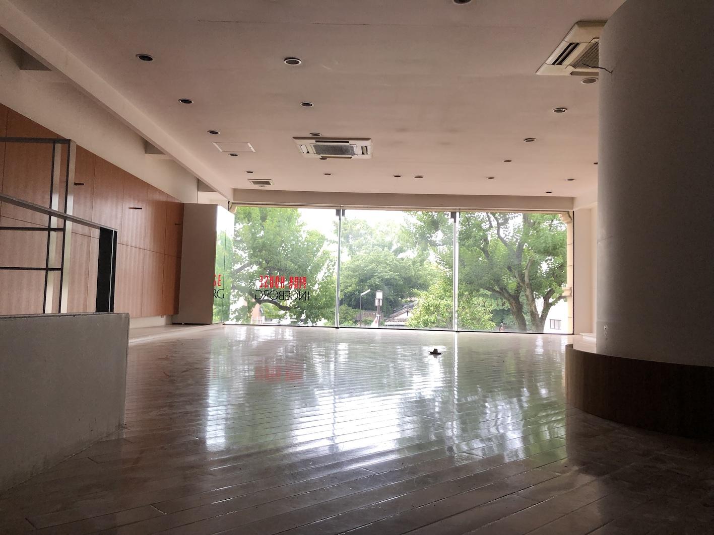 天井に窓のある部屋  中程度の精度で自動的に生成された説明