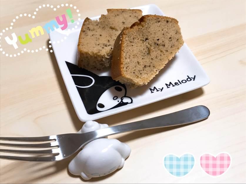 皿の上のケーキとフォーク  自動的に生成された説明